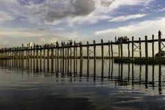 Coucher du soleil au-dessus de pont en teck photos libres de droits