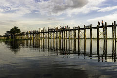 Coucher du soleil au-dessus de pont en teck image stock