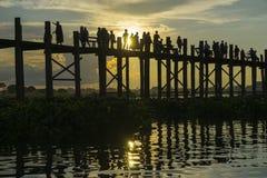 Coucher du soleil au-dessus de pont en teck photographie stock