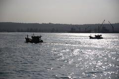 Coucher du soleil au-dessus de port asiatique Photos stock