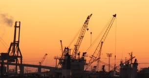 Coucher du soleil au-dessus de port de Hambourg Images stock