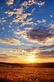 Coucher du soleil au-dessus de pré de montagne Photos libres de droits