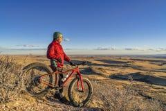 Coucher du soleil au-dessus de prairie avec le gros vélo Photos libres de droits