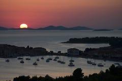 Coucher du soleil au-dessus de Primosten en Croatie image stock