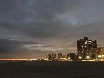 Coucher du soleil au-dessus de promenade de Coney Island - vue de Brighton Beach ? Brooklyn, New York, NY photographie stock