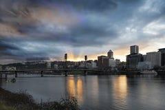 Coucher du soleil au-dessus de rivière de Portland Willamette image stock