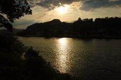 Coucher du soleil au-dessus de rivière Dunajec Image libre de droits