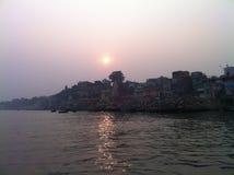 Coucher du soleil au-dessus de rivière le Gange à Varanasi, Inde Images libres de droits
