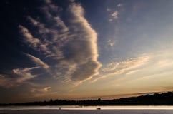 Coucher du soleil au-dessus de rivière de tagliamento Photo stock