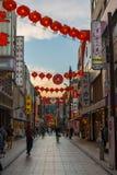 Coucher du soleil au-dessus de rue de Chinatown à Yokohama Japon Asie photographie stock