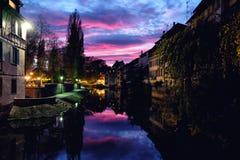 Coucher du soleil au-dessus de secteur de Petite France à Strasbourg, Allemagne image libre de droits