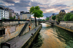 Coucher du soleil au-dessus de Seine, Paris Image libre de droits