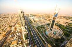Coucher du soleil au-dessus de Sheikh Zayed Road, Dubaï Image stock