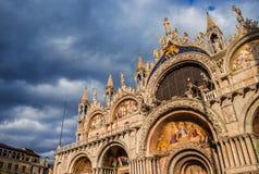 Coucher du soleil au-dessus de St Mark Basilica à Venise image stock