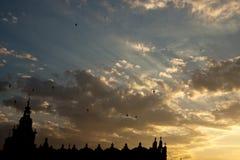 Coucher du soleil au-dessus de sukiennice à Cracovie Image libre de droits