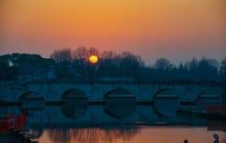 Coucher du soleil au-dessus de Tiberius Bridge à Rimini Photos libres de droits