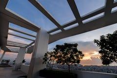 coucher du soleil au dessus de toit, makati Images stock