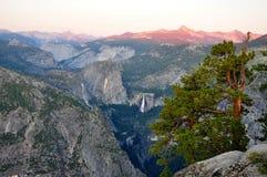 Coucher du soleil au-dessus de vallée de Yosemite images libres de droits