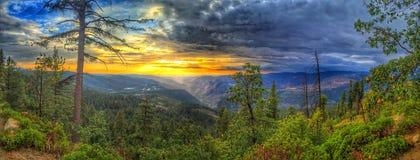 Coucher du soleil au-dessus de vallée de Yosemite Photos stock