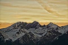Coucher du soleil au-dessus de vallée de montagne photos stock