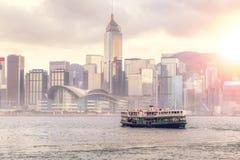 Coucher du soleil au-dessus de Victoria Harbour en Hong Kong photographie stock libre de droits