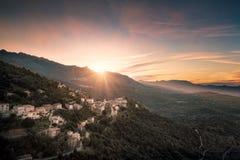 Coucher du soleil au-dessus de village de montagne de Belgodere en Corse image stock