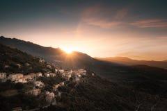Coucher du soleil au-dessus de village de montagne de Belgodere en Corse photos stock