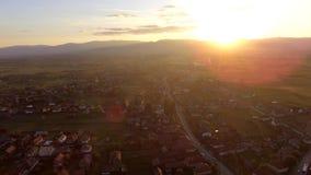 Coucher du soleil au-dessus de village de Transylvanian banque de vidéos