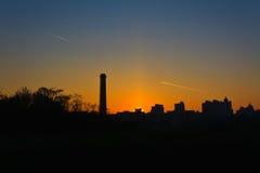 Coucher du soleil au-dessus de ville Images libres de droits