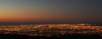 Coucher du soleil au-dessus de ville Photographie stock