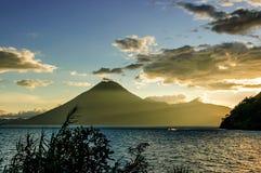 Coucher du soleil au-dessus de volcan de San Pedro, lac Atitlan, Guatemala image stock