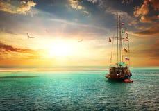 Coucher du soleil au-dessus de yacht Photographie stock
