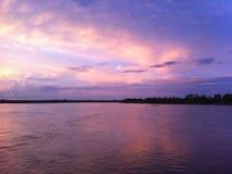 Coucher du soleil au-dessus de Yurimaguas, Amazonie péruvienne Photo libre de droits
