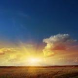 Coucher du soleil au-dessus de zone. Images stock