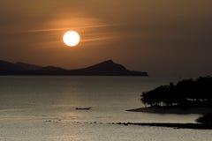 Coucher du soleil au-dessus des îles image libre de droits