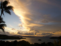 Coucher du soleil au-dessus des îles de Whitsunday, Australie Photographie stock