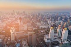 Coucher du soleil au-dessus des affaires centrales de paysage urbain de Bangkok du centre Image stock