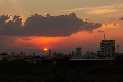 Coucher du soleil au-dessus des bâtiments dans la ville Vue d'horizon du paysage urbain avec la lumière du soleil photos stock