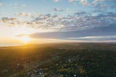 Coucher du soleil au-dessus des banlieues de ville de Tallinn et de la mer baltique, Estonie photographie stock