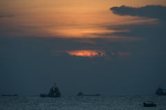 Coucher du soleil au-dessus des bateaux en mer Images libres de droits