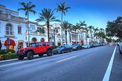 Coucher du soleil au-dessus des boutiques le long de la 5ème rue à vieux Naples, la Floride photographie stock