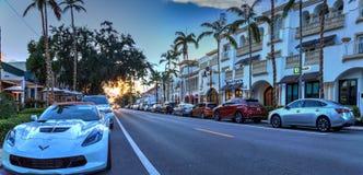Coucher du soleil au-dessus des boutiques le long de la 5ème rue à vieux Naples, la Floride photos stock