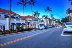 Coucher du soleil au-dessus des boutiques le long de la 5ème rue à vieux Naples, la Floride photo libre de droits