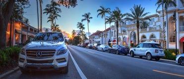 Coucher du soleil au-dessus des boutiques le long de la 5ème rue à vieux Naples, la Floride image libre de droits