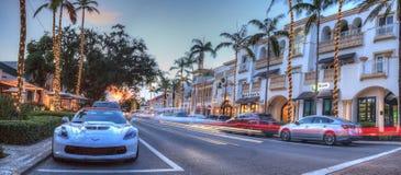 Coucher du soleil au-dessus des boutiques le long de la 5ème rue à vieux Naples, la Floride image stock