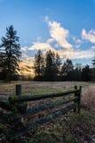 Coucher du soleil au-dessus des champs et des forêts Photographie stock libre de droits