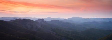 Coucher du soleil au-dessus des collines de montagne Photo stock