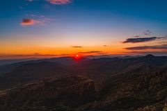 Coucher du soleil au-dessus des collines de montagne, vue panoramique aérienne images stock