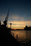 Coucher du soleil au-dessus des docks Photo libre de droits