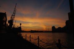 Coucher du soleil au-dessus des docks photos stock